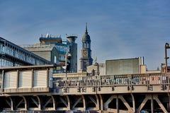 ΑΜΒΟΥΡΓΟ, ΓΕΡΜΑΝΙΑ - 26 ΜΑΡΤΊΟΥ 2016: Άποψη στον ανυψωμένο σιδηροδρομικό σταθμό, κτήριο έδρας Gruner και Jahr και ο πύργος Στοκ Φωτογραφία