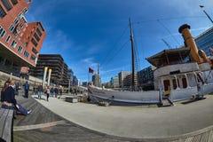 ΑΜΒΟΥΡΓΟ, ΓΕΡΜΑΝΙΑ - 26 ΜΑΡΤΊΟΥ 2016: Ο περίπατος επισκεπτών μέσω του εσωτερικού της νέας λιμενικής πόλης του Αμβούργο και απολαμ Στοκ φωτογραφίες με δικαίωμα ελεύθερης χρήσης
