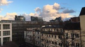 Αμβούργο: Άποψη πέρα από τις κορυφές στεγών σε Elbphilharmonie με την κίνηση των σύννεφων και της ηλιοφάνειας απόθεμα βίντεο