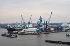 Αμβούργο Άποψη του λιμένα πόλεων με τα σκάφη και τις αποβάθρες, τους γερανούς φορτίου και τις αποθήκες εμπορευμάτων στοκ εικόνες