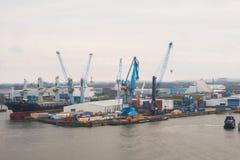Αμβούργο Άποψη του λιμένα πόλεων με τα σκάφη και τις αποβάθρες, τους γερανούς φορτίου και τις αποθήκες εμπορευμάτων Στοκ φωτογραφίες με δικαίωμα ελεύθερης χρήσης