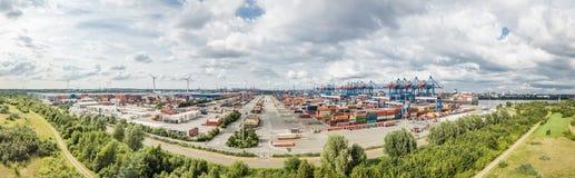 Αμβούργο, Γερμανία - 14 Ιουλίου 2017: Αυτόματο σύστημα που μεταφέρει τα εμπορευματοκιβώτια σε και από τα σκάφη Στοκ Εικόνες
