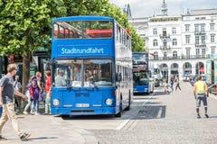 Αμβούργο, Γερμανία - 14 Ιουλίου 2017: Επιβάτες που παίρνουν στο μπλε τουριστηκό λεωφορείο πόλεων Στοκ φωτογραφίες με δικαίωμα ελεύθερης χρήσης