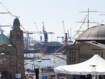 Αμβούργο, Γερμανία - 7 Μαΐου 2016: Κατά τη διάρκεια των λιμενικών ` s γενεθλίων, υπάρχουν πολλές διακοσμητικές σημαίες και σημαίε Στοκ Εικόνες
