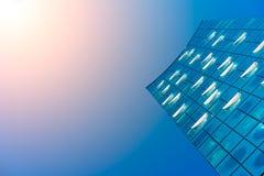 Αμβούργο, Γερμανία - 17 Μαΐου 2018: Το Elbphilharmonie, κλείνει αυξημένος - φωτεινός μπλε ουρανός και φωτεινό φως και φλόγες ήλιω Στοκ Φωτογραφία
