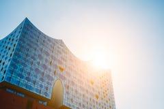 Αμβούργο, Γερμανία - 17 Μαΐου 2018: Elbphilharmonie, πανοραμικός πυροβολισμός - μπλε ουρανός και φωτεινό φως και φλόγες ήλιων από Στοκ φωτογραφία με δικαίωμα ελεύθερης χρήσης