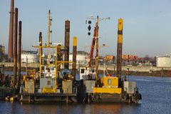 Αμβούργο (Γερμανία) - σκάφος κατασκευής στο λιμένα Στοκ Φωτογραφία
