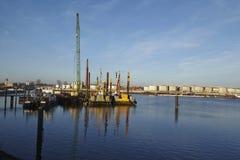 Αμβούργο (Γερμανία) - σκάφος κατασκευής στο λιμένα Στοκ φωτογραφία με δικαίωμα ελεύθερης χρήσης
