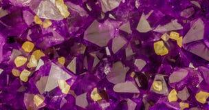 Αμεθύστινα κρύσταλλα με την κίτρινη calcite εικόνα υποβάθρου κύβων στοκ εικόνες με δικαίωμα ελεύθερης χρήσης