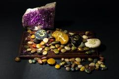 Αμεθύστινο κρύσταλλο και ζωηρόχρωμες πέτρες που χρωματίζονται με το σύμβολο του OM Στοκ φωτογραφία με δικαίωμα ελεύθερης χρήσης