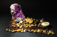 Αμεθύστινο κρύσταλλο και χρωματισμένες πέτρες με το σύμβολο του OM Στοκ φωτογραφίες με δικαίωμα ελεύθερης χρήσης