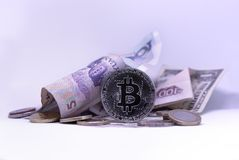Αμερικανικά δολάρια, κινεζικά Yuan και νόμισμα Bitcoin στοκ εικόνα