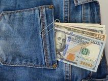Αμερικανικά δολάρια στην πίσω τσέπη του τζιν παντελόνι Στοκ Εικόνα