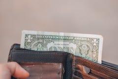 Αμερικανικά δολάρια στο μαύρο πορτοφόλι στοκ φωτογραφίες