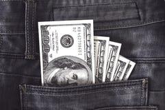 Αμερικανικά δολάρια τραπεζογραμματίων στην τσέπη τζιν Στοκ Εικόνες
