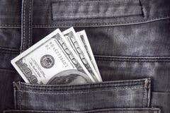 Αμερικανικά δολάρια τραπεζογραμματίων στην τσέπη τζιν Στοκ φωτογραφία με δικαίωμα ελεύθερης χρήσης