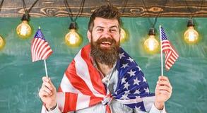 Αμερικανικά κύματα δασκάλων με τις αμερικανικές σημαίες Το άτομο με τη γενειάδα και mustache στο ευτυχές πρόσωπο κρατά τις σημαίε στοκ εικόνες