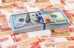 Αμερικανικά τραπεζογραμμάτια δολαρίων πέρα από τα ρωσικά ρούβλια στοκ εικόνα