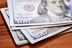 Αμερικανικά τραπεζογραμμάτια δολαρίων στον ξύλινο πίνακα Στοκ εικόνες με δικαίωμα ελεύθερης χρήσης