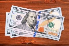 Αμερικανικά τραπεζογραμμάτια δολαρίων στον ξύλινο πίνακα Στοκ φωτογραφίες με δικαίωμα ελεύθερης χρήσης
