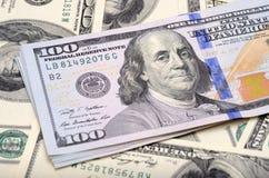 Αμερικανικά τραπεζογραμμάτια δολαρίων στον πίνακα Στοκ φωτογραφία με δικαίωμα ελεύθερης χρήσης