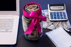 Αμερικανικά χρήματα με το κενό ανοικτό σημειωματάριο, lap-top, υπολογιστής στοκ φωτογραφία με δικαίωμα ελεύθερης χρήσης