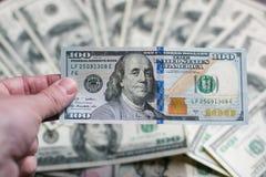 Αμερικανικά χρήματα σε ένα χέρι σε ένα καφετί υπόβαθρο Κινηματογράφηση σε πρώτο πλάνο Στοκ φωτογραφίες με δικαίωμα ελεύθερης χρήσης