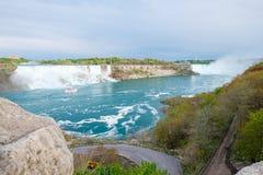 Αμερικανικές και πεταλοειδείς πτώσεις στις πτώσεις Niagara Στοκ εικόνες με δικαίωμα ελεύθερης χρήσης