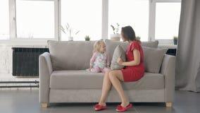 Αμερικανικές μητέρα και κόρη που έχουν τη διασκέδαση μαζί στο δωμάτιο φιλμ μικρού μήκους