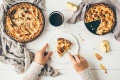 Αμερικανικές πίτες μήλων στον άσπρο ξύλινο πίνακα Στοκ φωτογραφίες με δικαίωμα ελεύθερης χρήσης