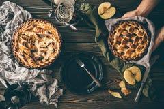 Αμερικανικές πίτες μήλων στο σκοτεινό ξύλινο πίνακα Στοκ Εικόνα