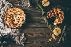 Αμερικανικές πίτες μήλων στο σκοτεινό ξύλινο πίνακα Στοκ εικόνα με δικαίωμα ελεύθερης χρήσης