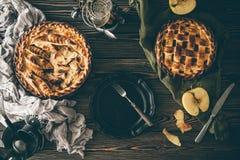 Αμερικανικές πίτες μήλων στο σκοτεινό ξύλινο πίνακα Στοκ φωτογραφίες με δικαίωμα ελεύθερης χρήσης
