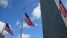 Αμερικανικές σημαίες ενάντια στο μνημείο της Ουάσιγκτον απόθεμα βίντεο