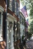 Αμερικανικές σημαίες που επιδεικνύονται στο ιστορικό σπίτι δέκατου όγδοου αιώνα στην Αλεξάνδρεια, VA Στοκ φωτογραφία με δικαίωμα ελεύθερης χρήσης