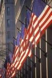Αμερικανικές σημαίες που κρεμιούνται από το κτήριο, λεωφόρος της Πενσυλβανίας, Ουάσιγκτον, ΣΥΝΕΧΈΣ ΡΕΎΜΑ Γ Στοκ φωτογραφία με δικαίωμα ελεύθερης χρήσης