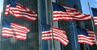 Αμερικανικές σημαίες που παραμερίζουν στον αέρα με τους ορίζοντες στο υπόβαθρο που παρουσιάζει επιτυχία Στοκ εικόνα με δικαίωμα ελεύθερης χρήσης