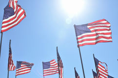 Αμερικανικές σημαίες που φυσούν στον αέρα Στοκ Φωτογραφίες