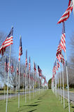 Αμερικανικές σημαίες που φυσούν στον αέρα Στοκ φωτογραφία με δικαίωμα ελεύθερης χρήσης