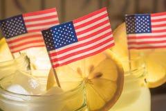 Αμερικανικές σημαίες στο βάζο λεμονάδας Στοκ φωτογραφία με δικαίωμα ελεύθερης χρήσης