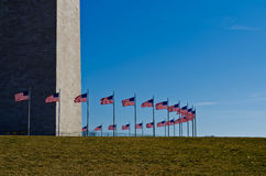 Αμερικανικές σημαίες στο μνημείο της Ουάσιγκτον Στοκ φωτογραφία με δικαίωμα ελεύθερης χρήσης