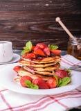 Αμερικανικές τηγανίτες με τη μαρμελάδα και τις φρέσκες φράουλες στοκ φωτογραφία