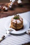 Αμερικανικές τηγανίτες σε ένα πιάτο με τη μέντα Στοκ Εικόνα