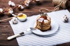 Αμερικανικές τηγανίτες σε ένα πιάτο με τη μέντα Στοκ Εικόνες