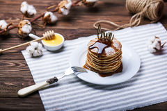 Αμερικανικές τηγανίτες σε ένα πιάτο με τη μέντα Στοκ εικόνα με δικαίωμα ελεύθερης χρήσης