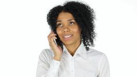 Αμερικανική γυναίκα γυναικών Afro που μιλά σε Smartphone Στοκ φωτογραφία με δικαίωμα ελεύθερης χρήσης