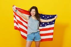 Αμερικανική γυναίκα που κρατά την ΑΜΕΡΙΚΑΝΙΚΗ σημαία Στοκ φωτογραφία με δικαίωμα ελεύθερης χρήσης