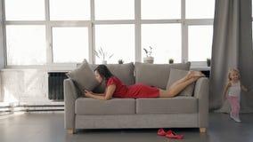 Αμερικανική γυναίκα που φαίνεται οθόνη smartphone, κορίτσι που τρέχει στο καθιστικό απόθεμα βίντεο