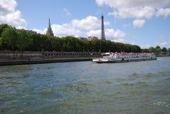 Αμερικανική εκκλησία στο Παρίσι, υδάτινη οδός, σώμα του νερού, μεταφορά νερού, ποταμός Στοκ Φωτογραφίες