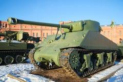 Αμερικανική δεξαμενή M4A2 ` Sherman ` στο μουσείο πυροβολικού, ημέρα Ιανουαρίου Πετρούπολη Άγιος Στοκ Εικόνα